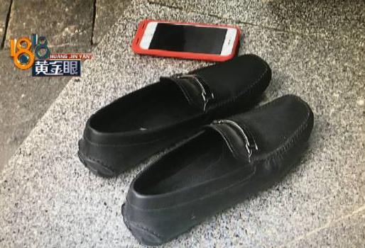 男子买来新鞋第一次穿 脱了后整个脚都是黑的