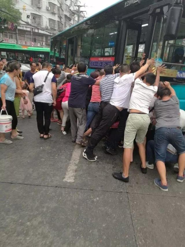 温州一女子被公交车压住 不到30秒被成功救出