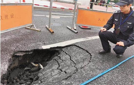 杭州辅警上班路上看出一个大坑 几分钟后路塌了