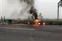 惊出冷汗!货车撞上高速护栏 油箱脱落燃起大火