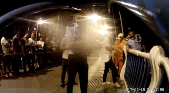 杭州男子感情受挫喝酒疗伤 爬上桥准备跳富春江