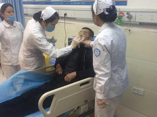 癌症晚期老人回老家路上被痰卡住 民警紧急护送