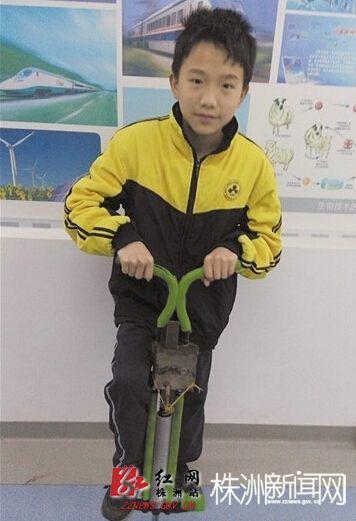 实验小学四年级学生廖文涛在玩的同时,对传统的跳跳杆进行了再次发明图片