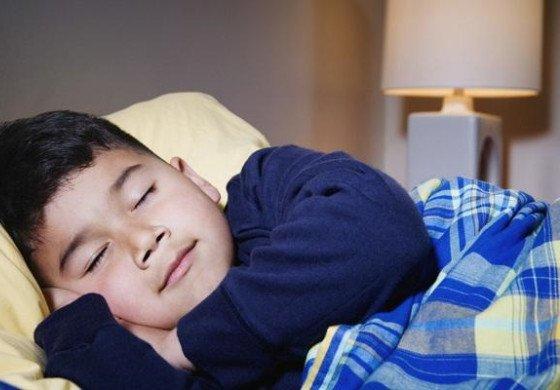 注意 开灯睡觉可能导致孩子近视