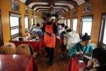 大学生吃饭要赶火车