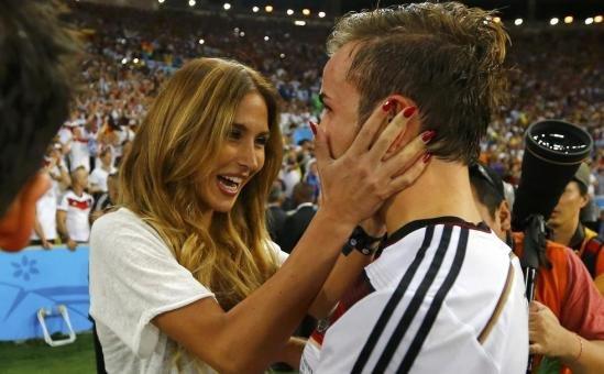 德国绝杀阿根廷世界杯四度夺冠 球员与家人庆祝