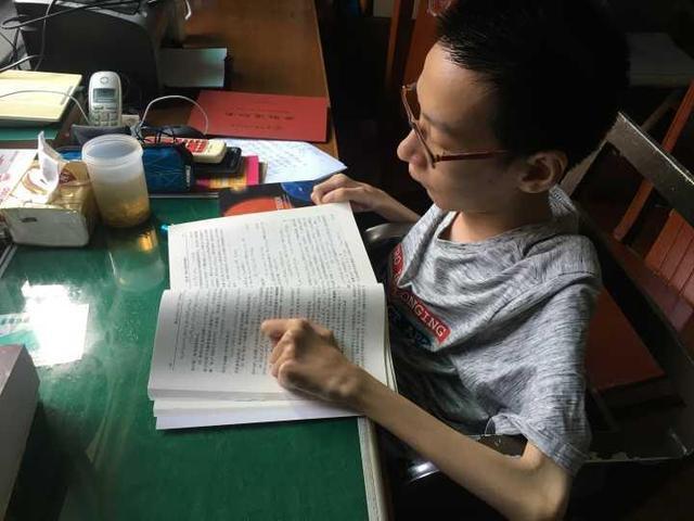杭州轮椅少年成学霸:力气不如婴儿翻书都吃力