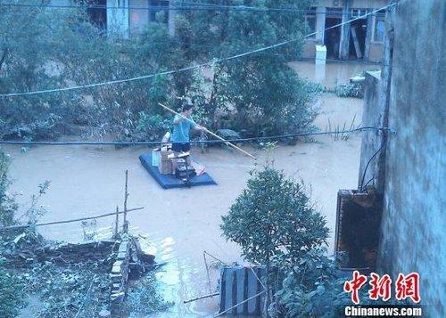 台风天浙江临海村干部制小船 自费为受困者送餐
