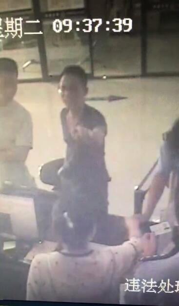 男子处理违章时态度嚣张 拍桌子撸袖子终被拘留