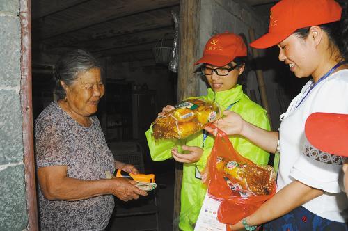 台风将登陆 台州志愿者进了大山给居民送物资