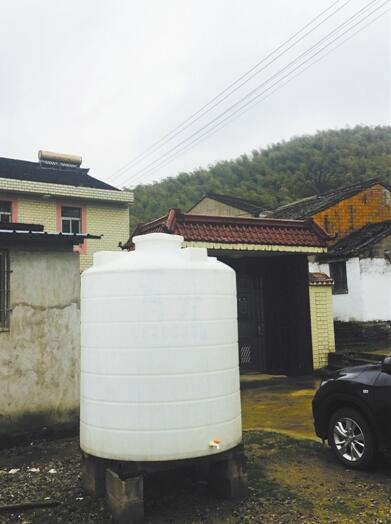 宁波塘溪镇蒋潭村缺水已近20天 步行五公里接山泉水