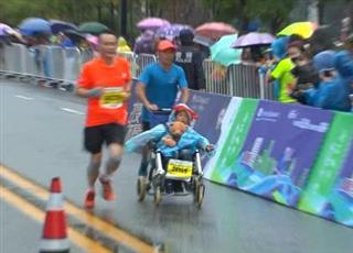 致敬!男子推着脑瘫儿子跑马拉松
