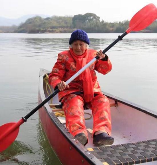 """绍兴有位百岁""""女汉子"""" 每天赤脚下河划船渡江"""