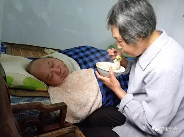 温州好妻子 30多年如一日悉心照料瘫痪在床丈夫