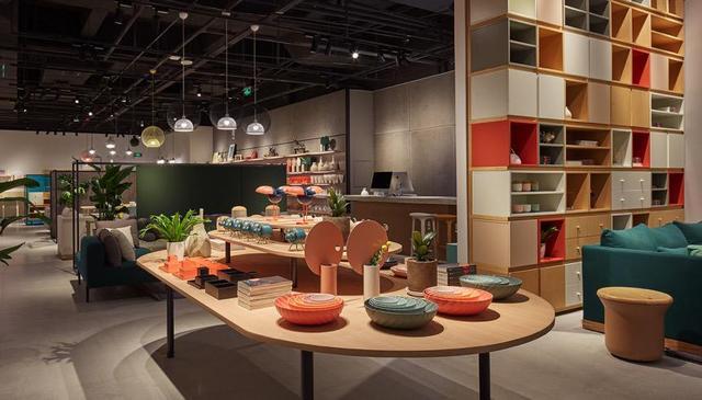 流方概念店,为不将就的杭州而来。造作将走近年轻自信、探求新居的杭州人,在工业设计的传统继承与现代革新中流动,将美好的家居器物,从大师流动到大众的美好日常。 关于造作ZAOZUO 全球设计师创作家居品牌 造作即制造作品。 甄选全球顶尖设计师,用线上技术优化产品管理及供应链管理,实现从厂到家的极薄流通链,创造美好,精细,平价,正版的大众设计品。 造作由来自设计业,制造业,互联网的资深团队组建于2014年9月,与世界100多位一线设计师,和50余个中国精工制造商合作。 造作产品包括家具家居全产品线,