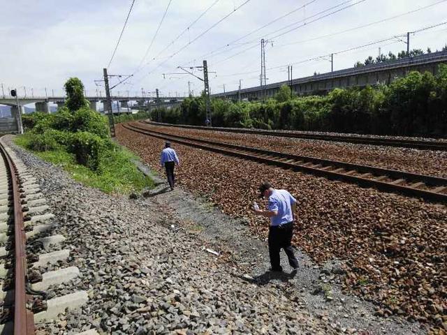 危险!杭州一无人航拍机飞越铁路上空时坠落