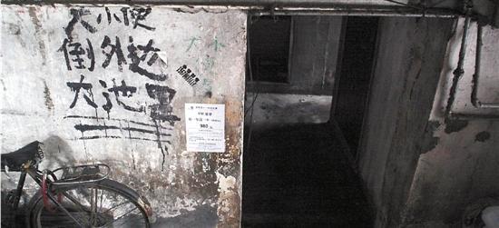 """杭州一老小区居民楼246人""""抢""""7个厕位"""