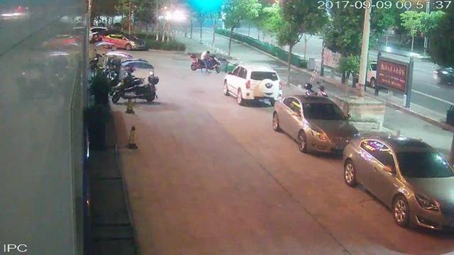 23岁男子没钱上网 开二十万的SUV盗窃电瓶车