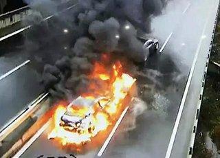钱江二桥三车相撞 两车燃起大火