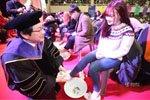 韩国校长为新生洗脚