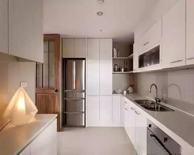 嵌入式冰箱和一般的冰箱一样的同时,还能和橱柜风格融合,将冰箱嵌入橱图片