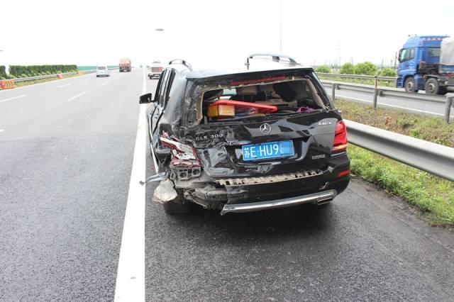 常台高速发生一起两车追尾事故 面包车被撞变形