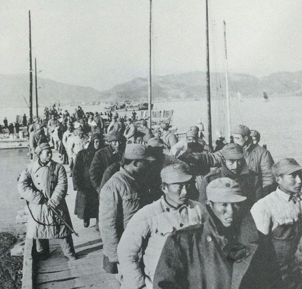 大批国民党俘虏被押下一江山岛.