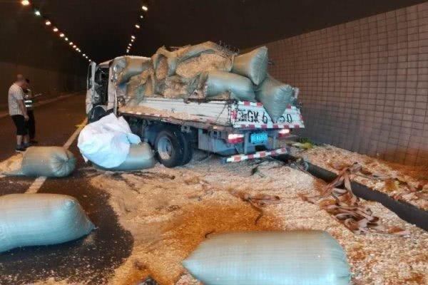 货车下坡刹车不灵 一头撞上了载木屑的大车