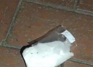"""杭州一小区从天而降一块冰 差点砸到宝宝和老人""""width="""