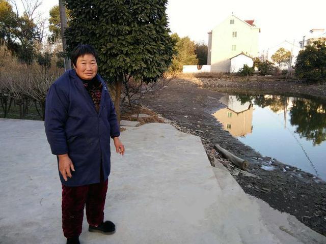 暖心!气温2℃可59岁的他赤膊下河救人