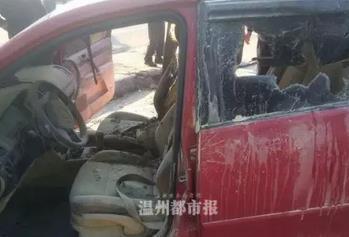 温州一轿车突然起火损失惨重 惹祸的是充电宝