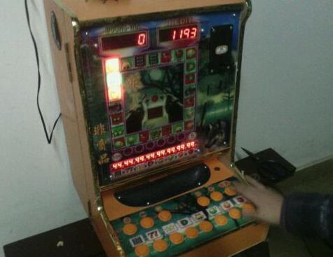 20岁小伙用遥控器干扰老虎机 作案一次赚两三百