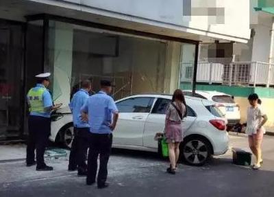 嘉兴一辆奔驰撞进临街商铺
