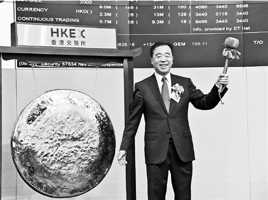 图为中国铁塔董事长兼总经理佟吉禄庆祝上市成功.
