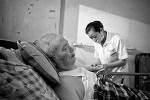 """""""上门护士""""一干就是10年 她用手为病人抠出大便"""