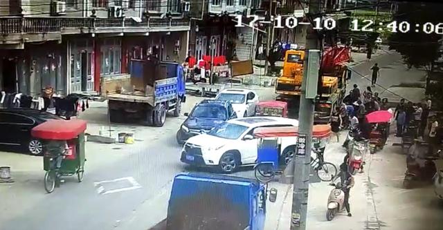 台州一重型货车撞倒老人 热心行人急送医