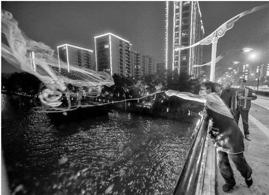 男子桥上撒网网住水上巴士 被鱼网拖着猛摔到船顶