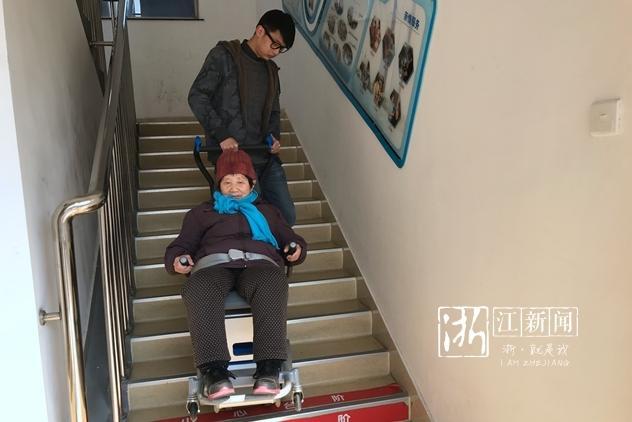 """好帮手!老人上下楼难 """"爬楼机""""来帮忙"""