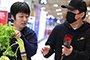 黄渤机场获粉丝赠一把芹菜 蔬菜配鲜花雅俗共赏