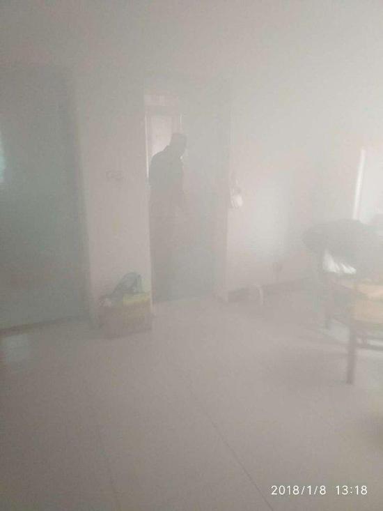 父母反锁6岁女儿忘关煤气 炖鸡烧干浓烟弥漫