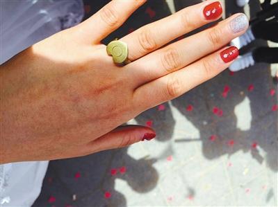 新娘结婚不要彩礼刷爆朋友圈 戒指为弹壳做成