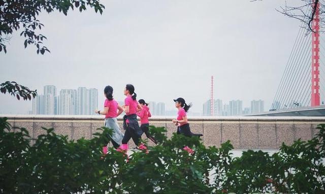 """近千杭城女神齐聚钱塘江畔""""网红跑道""""靓丽开跑!"""