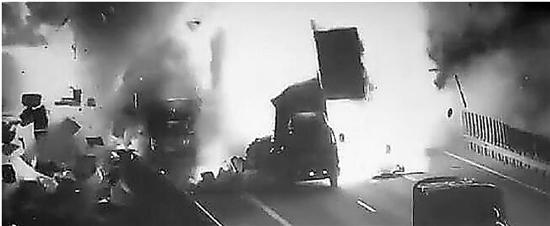 杭新景高速上两货车碰撞猛烈爆炸 现场火光冲天