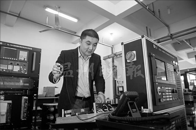 温州男子有绝活 全国90%数控维修实训设备出自他手