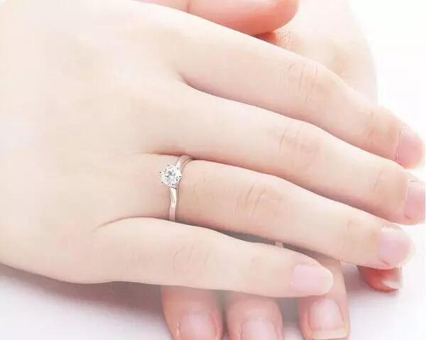 这样选婚戒可以拯救你的不完美手型
