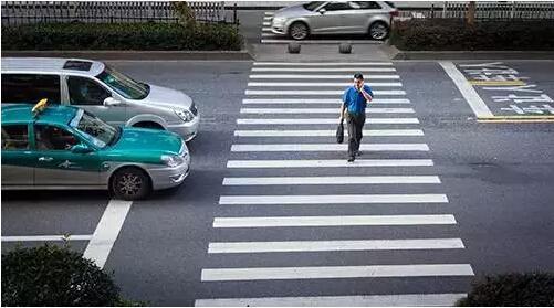 杭州车让人获上海网友发帖点赞:别的城市根本不敢想