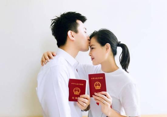 领证啦!吴敏霞张效诚结婚 笑靥如花亲吻额头