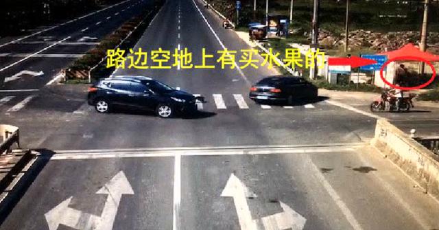 男子为了抢3秒两辆车都悲剧了 还连累路边小摊主