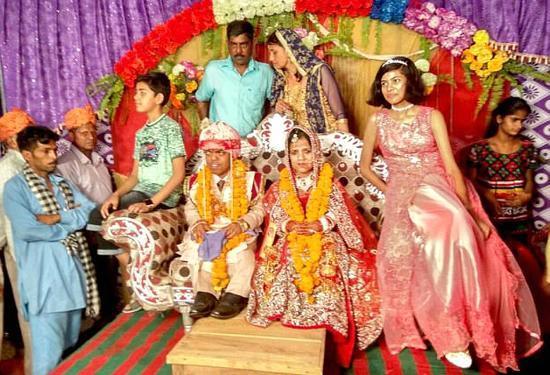 印度最矮夫妻举行婚礼 两人身高加起来仅1.5米