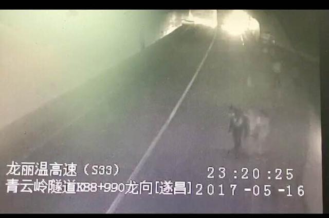 高速隧道内车祸起火 民警连背带劝救出24人